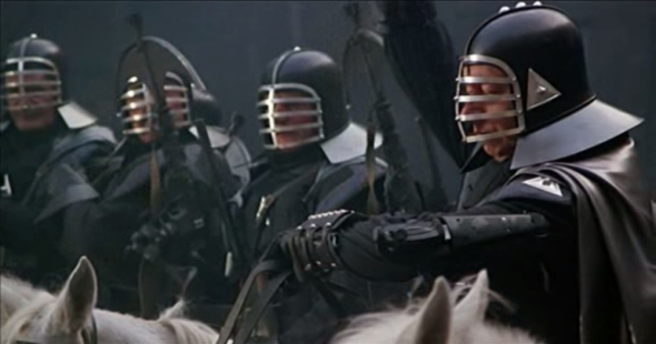 ¡Cascos de kempo! ¡A caballo! ¡De negro! ¡Y mirad, todos llevan la ballesta-bláster de Chewbacca!